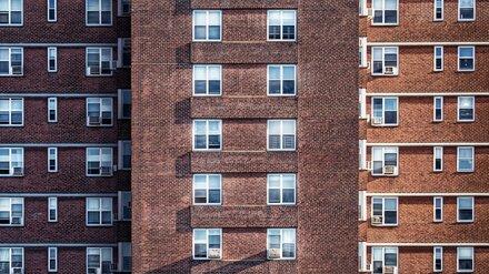 В Воронеже с балкона 10-этажки выпал пенсионер