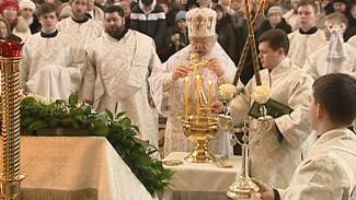 В Благовещенском соборе сотни верующих собрались, чтобы набрать святой воды