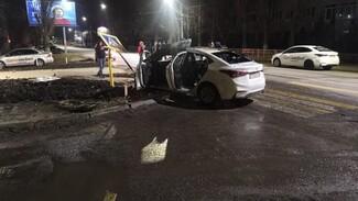 В Воронеже после жуткого ДТП загорелся автомобиль такси: появилось видео