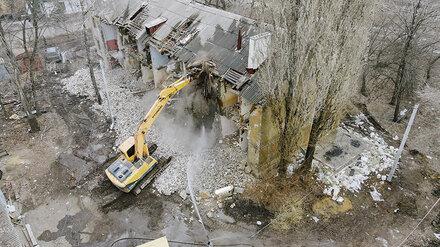 В Воронеже начали сносить «трещащий по швам» 84-летний дом у виадука