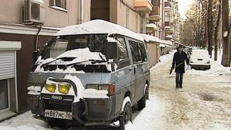 Воронежец обвиняет коммунальщиков в том, что счищенные ими глыбы льда побили его авто
