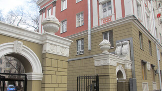 В Воронеже воссоздали вазоны с фруктами на «триумфальной» арке сталинки
