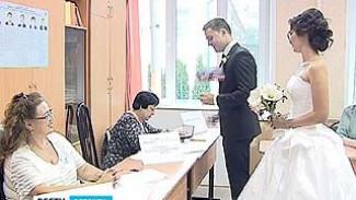 Отложили свадьбу и на выборы. Самые ответственные воронежцы обеспечили области рекордную явку