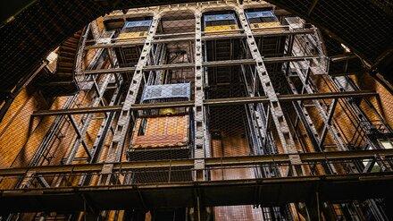В Воронеже работник завода решил починить лифт и свалился в шахту