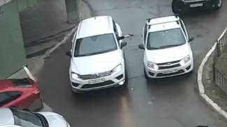 В Воронеже водитель внедорожника устроил стрельбу из-за парковки: появилось видео