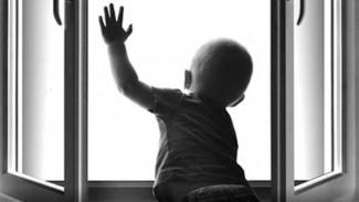 В Воронеже двухлетний мальчик из многодетной семьи сорвался с 3 этажа