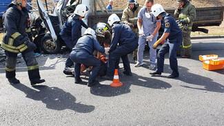 Воронежская ГИБДД рассказала о состоянии водителя, влетевшего под припаркованный грузовик