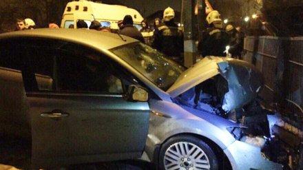 В Воронеже на двух школьниц, идущих по тротуару, наехал автомобиль
