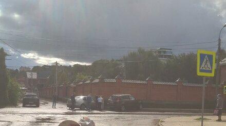 В Воронеже после столкновения с Lexus иномарка врезалась в забор