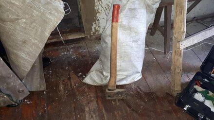 В воронежском селе мать нашла зарубленного топором сына на крыльце у соседа