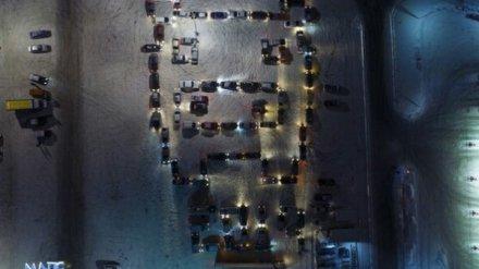 Автомобилисты поздравили воронежцев с Новым годом, выстроив из машин фигуру свиньи