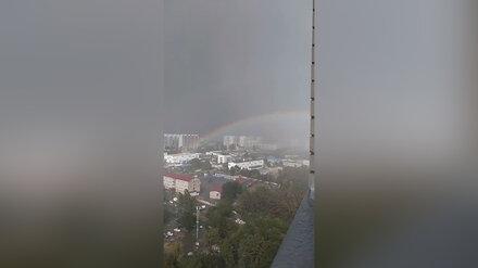 Воронежцы сняли на видео радугу в сильный ливень