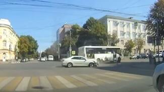 Появилось видео момента столкновения маршрутки и иномарки в центре Воронежа