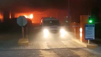 Закрытые шлагбаумы помешали воронежцам быстро уехать от пожара на парковке ТЦ