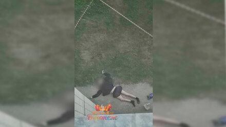 Под окнами многоэтажки в Ленинском районе Воронежа нашли тело мужчины