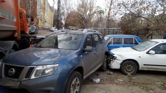 Мусоровоз устроил массовую аварию с припаркованными машинами в Воронеже