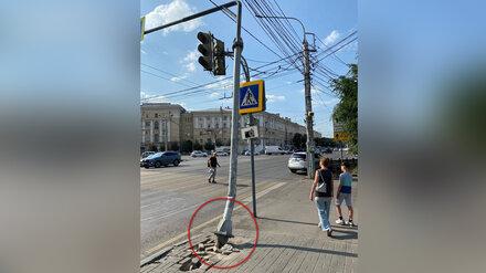 В центре Воронежа столб опасно навис над пешеходным переходом