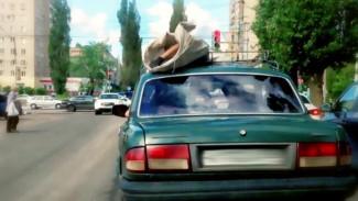 «Волга» вместо катафалка. Почему в Воронеже покойника в морг доставили на крыше машины