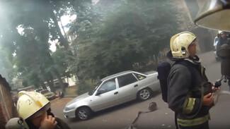 Пожарный от первого лица показал тушение кулинарной лавки в центре Воронежа