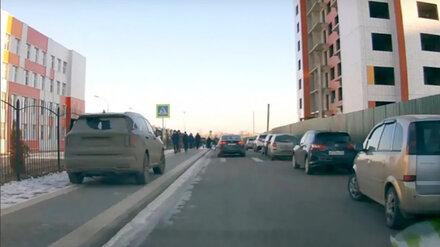 Под Воронежем водителя кроссовера наказали за парковку на тротуаре у школы