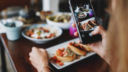 В Роспотребнадзоре оценили риск передачи коронавируса через еду в кафе