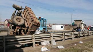 Появились фото крупного ДТП с участием грузовика и трактора под Воронежем