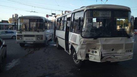 Число пострадавших при столкновении двух автобусов в Воронеже выросло до шести