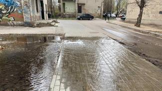 На улице в Воронеже из-под земли забил «фонтан»