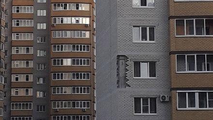 Воронежцы сообщили об обрушении кирпичей со стены многоэтажки