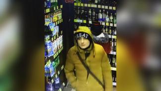 В Воронеже объявили в розыск обокравших алкомаркет парня и девушку