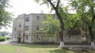 СК проверит 87-летний дом под Воронежем, где стена рухнула на кровать