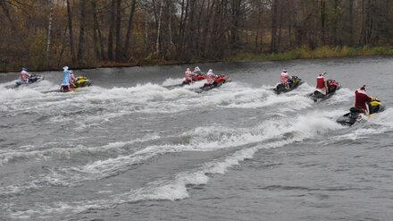 Гидроциклисты объяснили, зачем провели парад Дедов Морозов на Воронежском водохранилище
