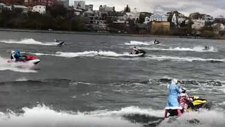 Деды Морозы и Снегурочки прокатились по Воронежскому водохранилищу на гидроциклах