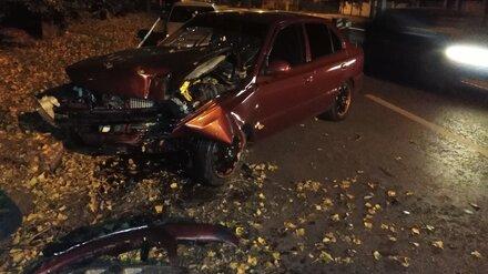 Очевидцы: в Воронеже такси с пассажиром врезалось в дерево