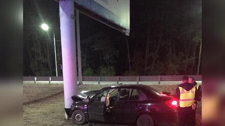 В Воронеже иномарка влетела в рекламный щит: водитель погиб