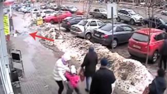 На видео снова попало опасное обрушение наледи в центре Воронежа