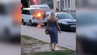 Воронежцы поделились видео горящего в центре города минивэна