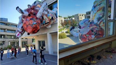 Художник из Воронежа украсил здания в Швейцарии огромной надувной скульптурой