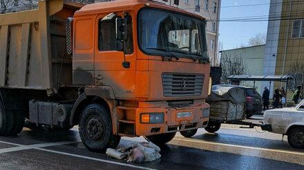 Попавшая под колёса грузовика в центре Воронежа старушка умерла в больнице