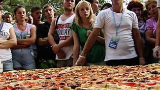 На семейном фестивале для воронежцев приготовили огромную пиццу