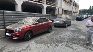 В Воронеже припаркованные у стройки автомобили залило бетоном