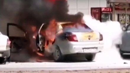 Воронежцы поделились видео полыхающей на парковке иномарки