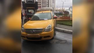 В Воронеже таксиста наказали за парковку на тротуаре у детской площадки