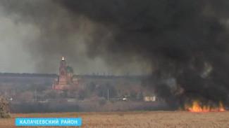 Пожарным удалось остановить пламя, надвигавшееся на дома калачеевцев