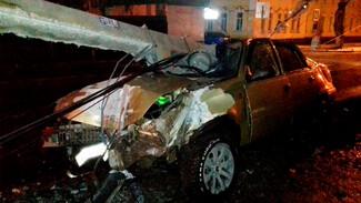 Пьяный воронежец на иномарке снёс два светофора и протаранил пешеходное ограждение