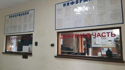 Возле популярного кинотеатра в Воронеже женщина порезала «розочкой» прохожего
