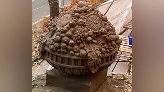 Воронежцев возмутило уничтожение уникальных вазонов с фруктами во дворе сталинки