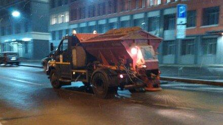 Чтобы уберечь горожан от гололёда, на дороги Воронежа высыпали 600 тонн песка и соли
