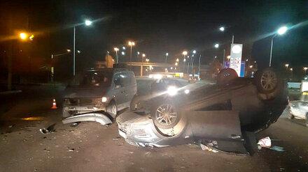 В Воронеже на оживлённой улице перевернулась иномарка: водитель погиб
