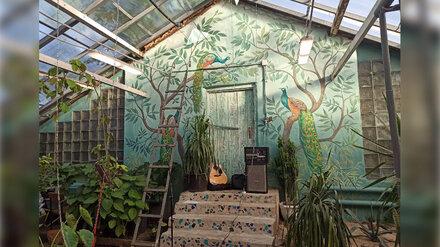 Художницы нарисовали сказочные тропики на стенах оранжерей в ботсаду Воронежа